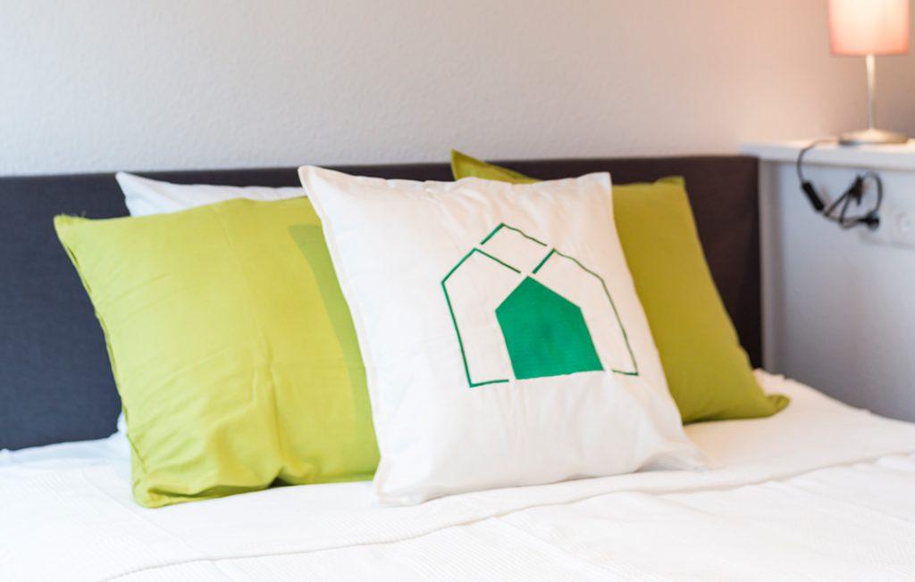 breites Bett | Classic Boarding Apartment myBoardinghouse Halle Saale Peißen