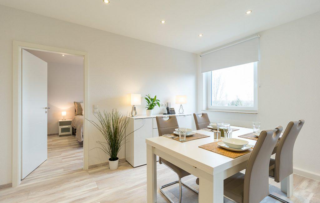 Essbereich für vier Personen und Sideboard | Superior Boarding Apartment myBoardinghouse Halle Saale Peißen