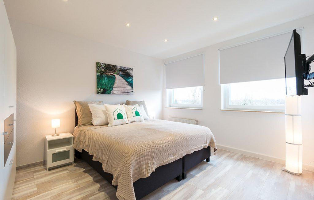 Schlafzimmer mit 1,80m Boxspringbett | Superior Boarding Apartment myBoardinghouse Halle Saale Peißen