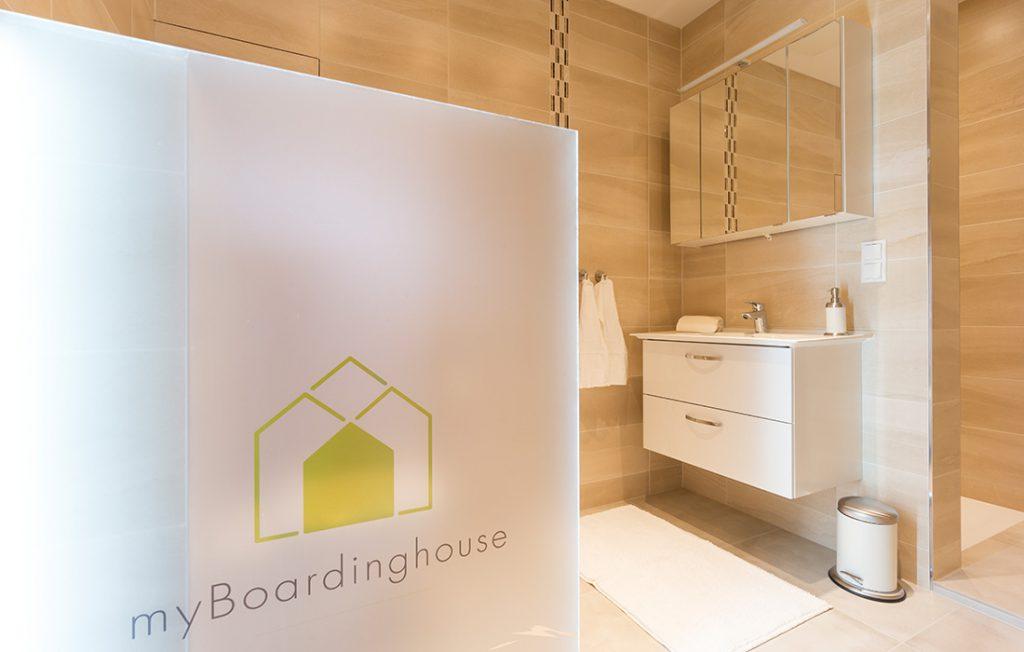 Badezimmer mit ebenerdiger Dusche | Superior Boarding Apartment myBoardinghouse Halle Saale Peißen