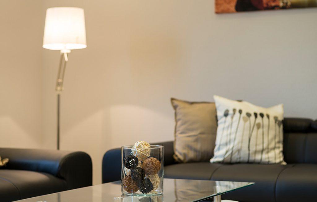 Lampe und Dekoration im Wohnbereich | Superior Boarding Apartment myBoardinghouse Halle Saale Peißen