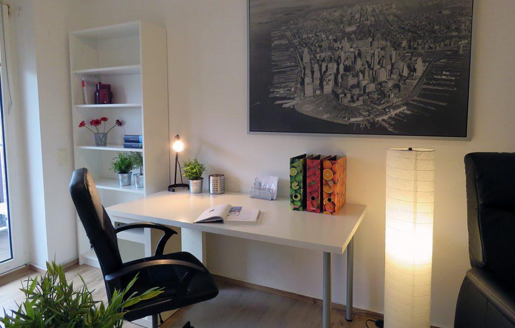 Schreibtisch und Wandbild | Deluxe Boarding Apartment myBoardinghouse Aachen Alsdorf
