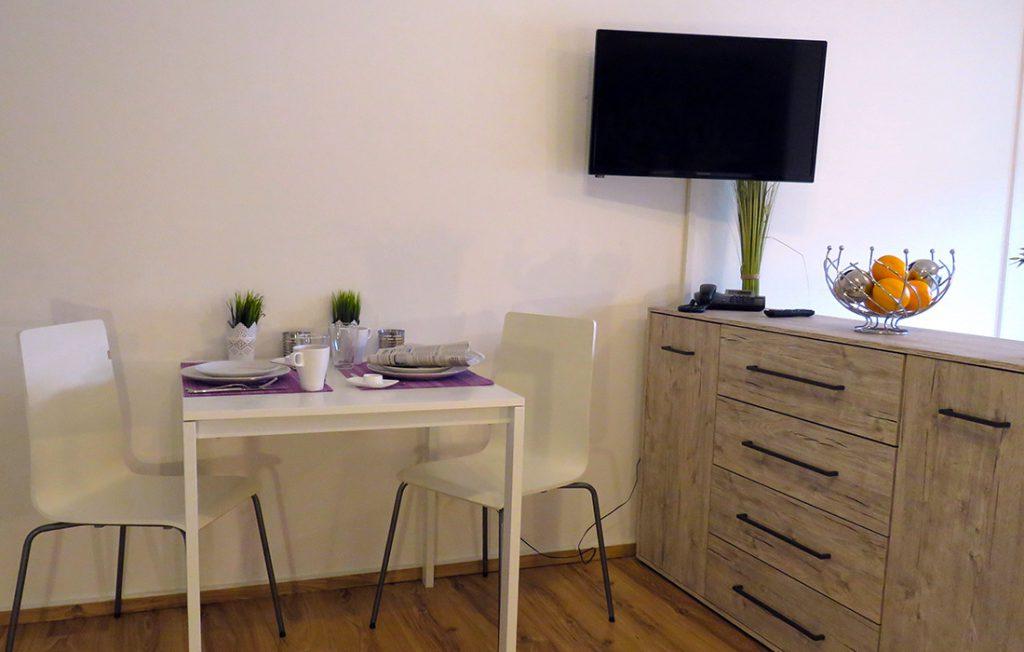 Essbereich mit Sideboard und Flachbildfernseher | Premium Boarding Apartment myBoardinghouse Aachen Alsdorf