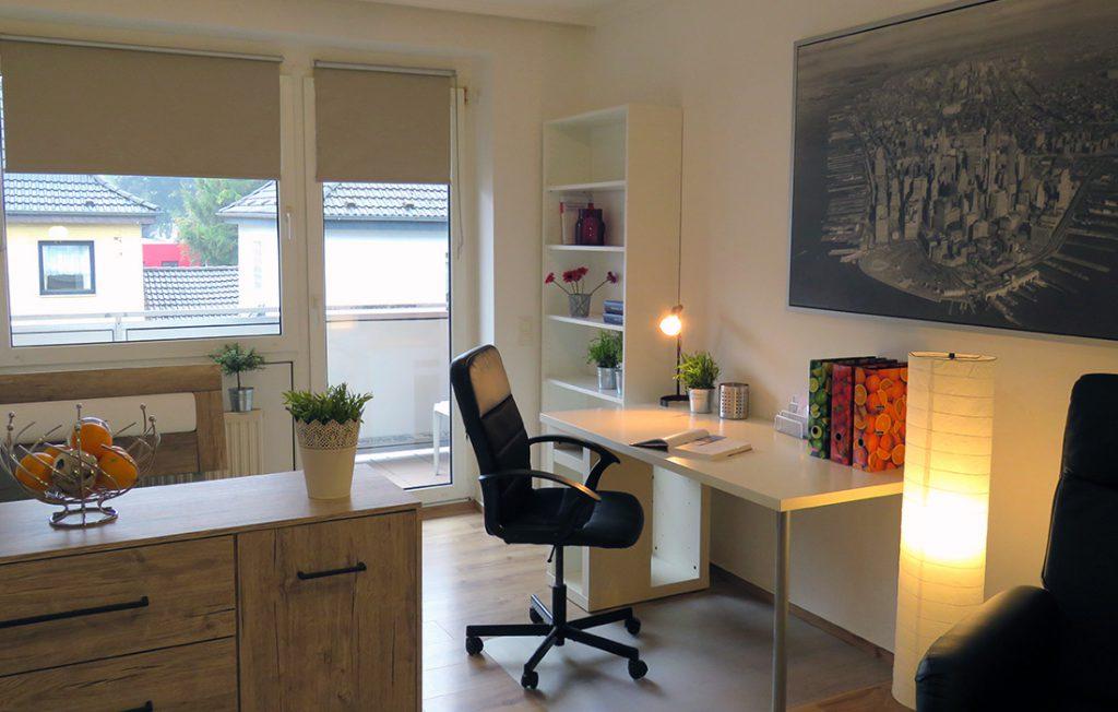 Schreibtisch und Dekoration | Premium Boarding Apartment myBoardinghouse Aachen Alsdorf