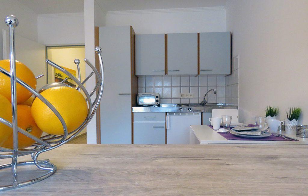 Blick übers Sideboard auf die Einbauküche | Premium Boarding Apartment myBoardinghouse Aachen Alsdorf