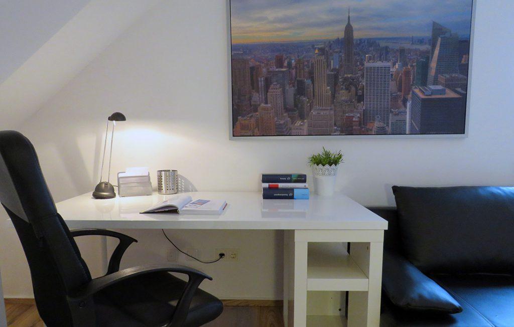 Schreibtisch und Wandbild | Superior Boarding Apartment myBoardinghouse Aachen Alsdorf