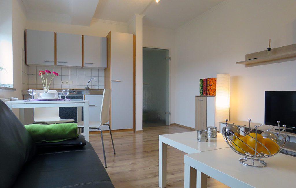 Blick von der Couch auf die Einbauküche | Superior Boarding Apartment myBoardinghouse Aachen Alsdorf